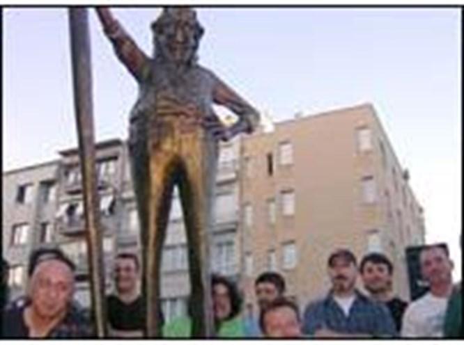 Cihangir'e Oğuz Aral heykeli